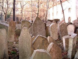 Il vecchio cimitero ebraico di Josefov a Praga